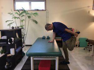 沖縄で慢性的な痛みと症状を改善する|整体の操和|立位の大腿直筋のストレッチ