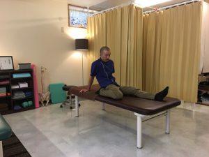 沖縄で慢性的な痛みと症状を改善する|整体の操和|座位の大腿直筋のストレッチ